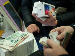 В России резко подскочили цены на смартфоны Apple и Samsung