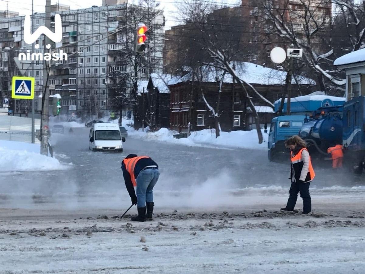 Улицу Ковалихинскую по колено затопило водой - фото 1