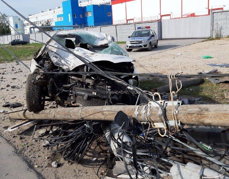 Авария с кульбитом: в Сормовском районе иномарка снесла два столба - фото 1