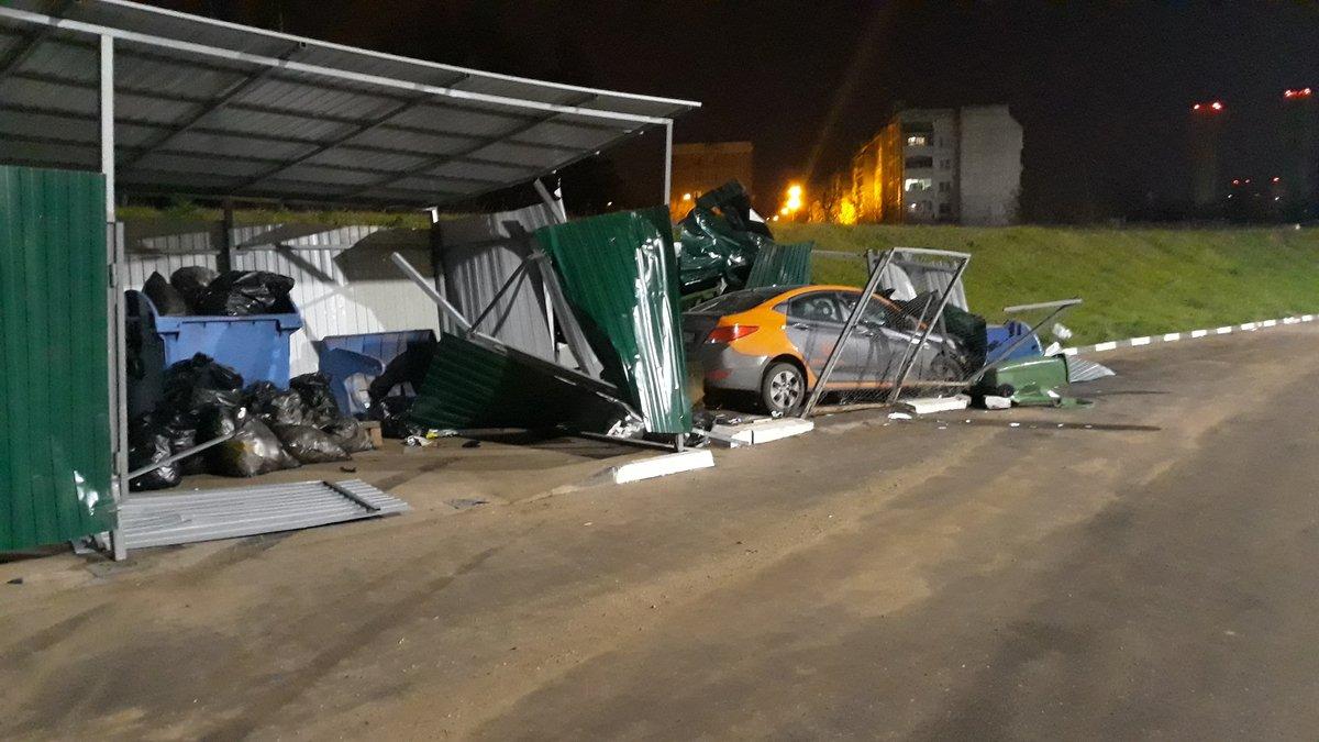 Неосторожный водитель «выкинул» автомобиль каршеринга в мусорку в Нижнем Новгороде - фото 1