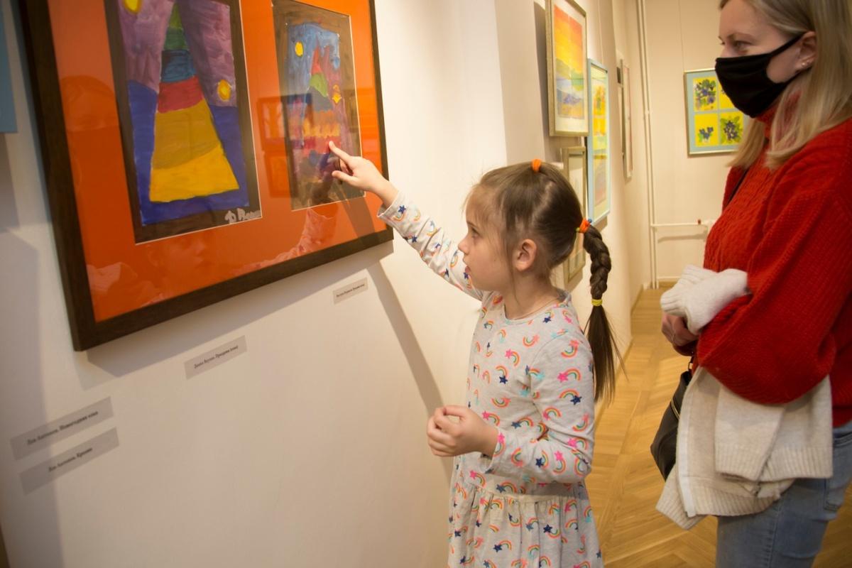 Работы «особенных» детей показали в НГХМ - фото 1