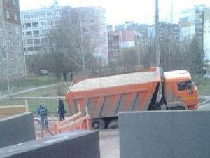 Груженый КамАЗ провалился под асфальт в Нижнем Новгороде (ФОТО)