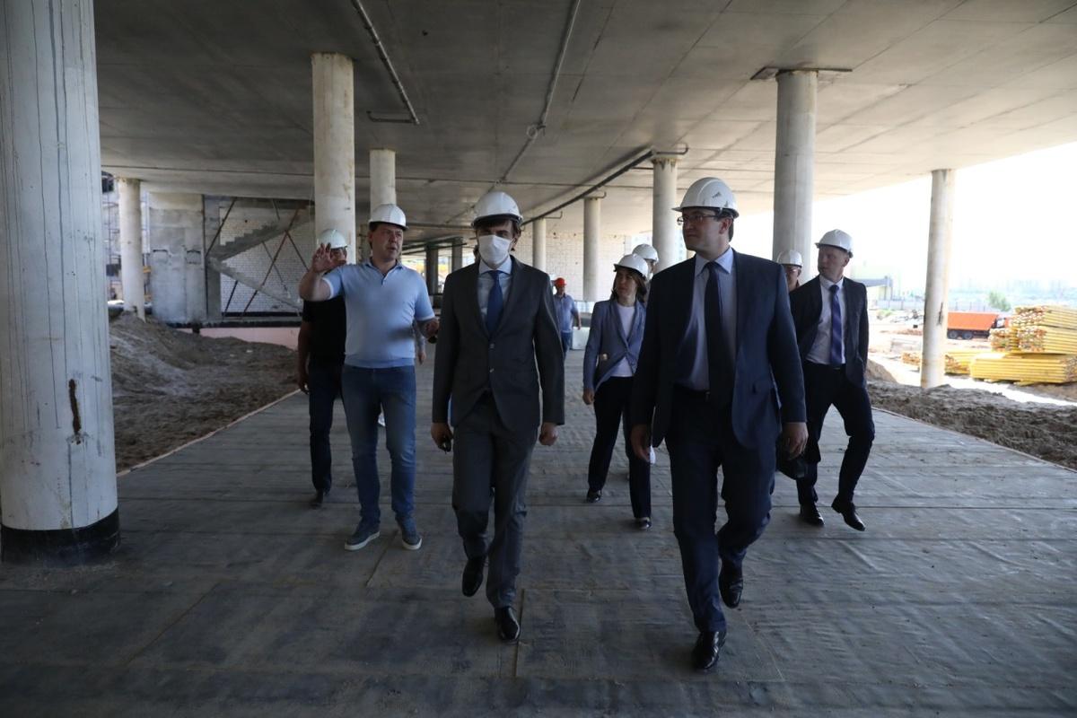 Монтаж фасадных конструкций начался в нижегородской «Школе 800» - фото 1