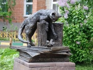 Кошка с книгой и лебединая верность: каких животных и за что увековечили в Нижнем Новгороде
