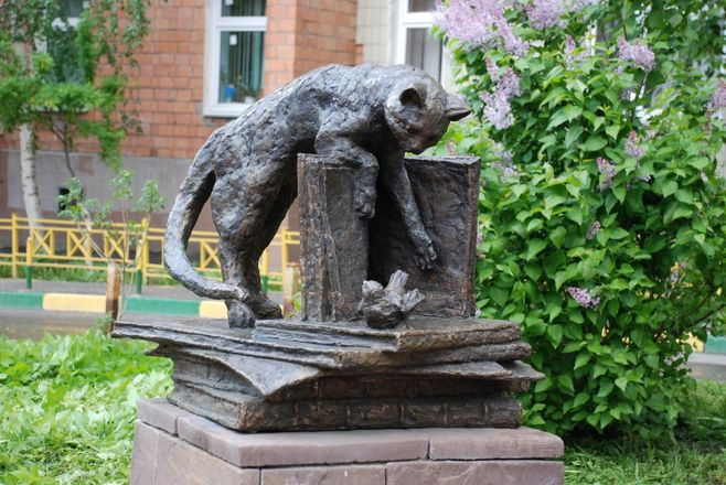 Кошка с книгой и лебединая верность: каких животных и за что увековечили в Нижнем Новгороде - фото 23