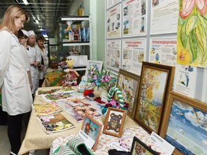 В честь Международного женского дня работницы цеха №37 АО «АПЗ» организовали выставку творческих работ